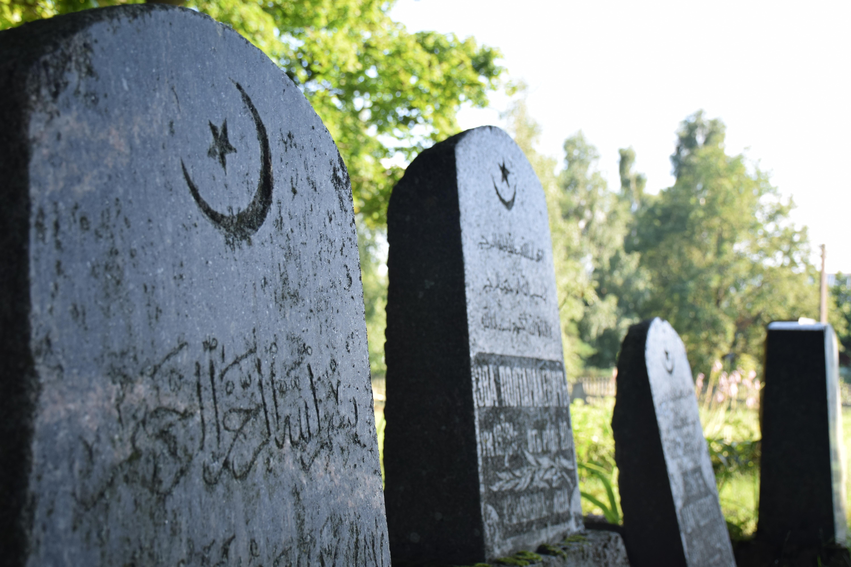 Modern graves at Nemezis cemetery.JPG