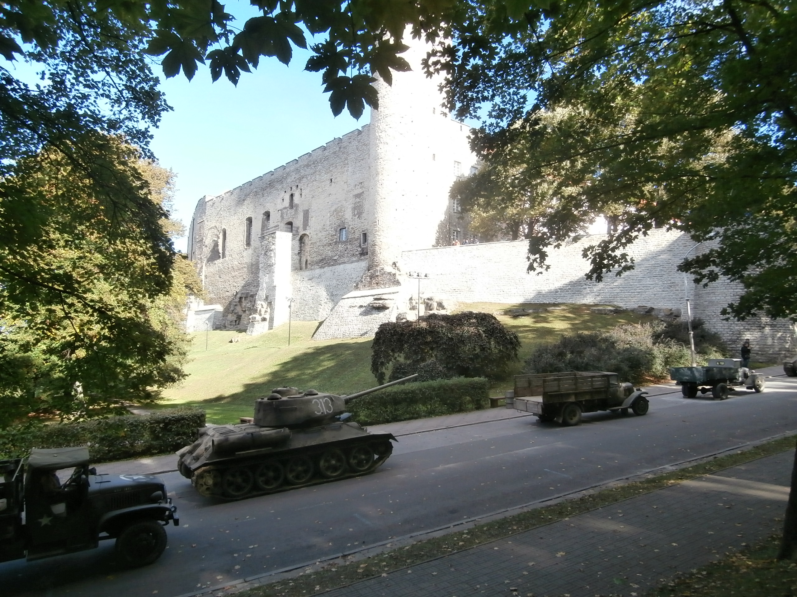 Soviet_Red_Army_Tank_313_and_Trucks_in_front_of_the_Toompea_Castle_in_Tallinn_3_October_2013.JPG